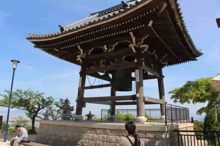 高松宮殿下御筆「天下和順」の梵鐘です。