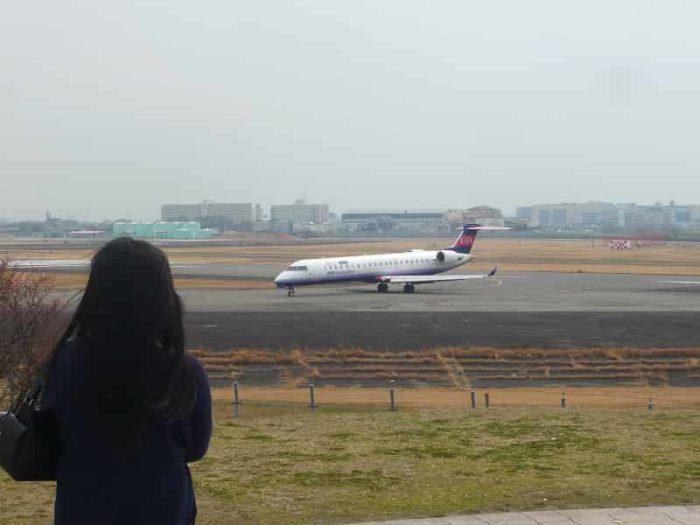 轟音を響かせて走る飛行機です。