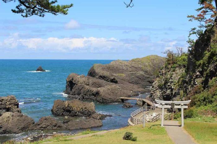 海食洞遺跡を散策できる越前松島です。