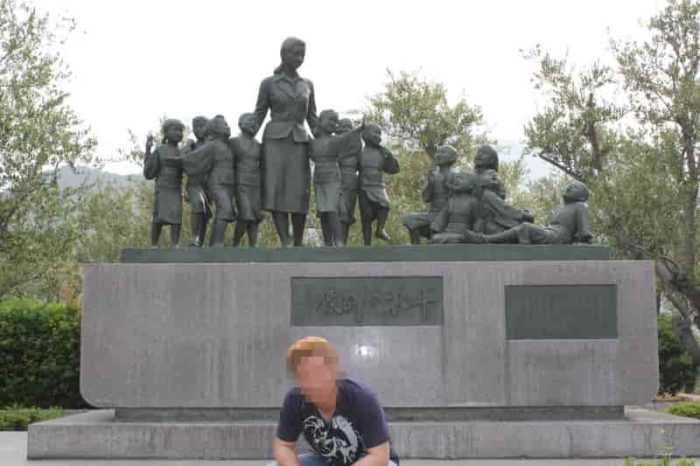 土庄港の『二十四の瞳』の銅像です。
