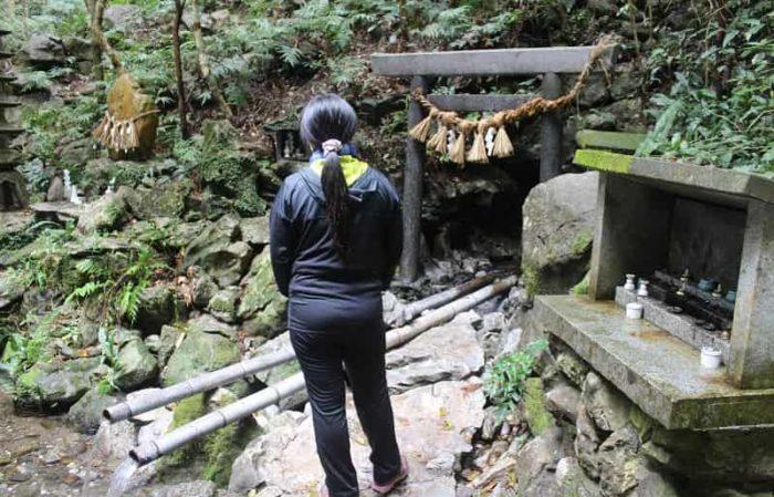 岩戸隠れの伝説が残る恵利原の水穴です。