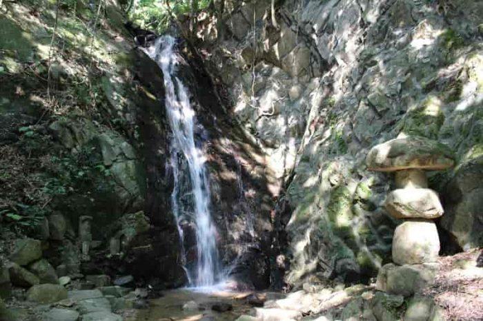 『源氏の滝』です。