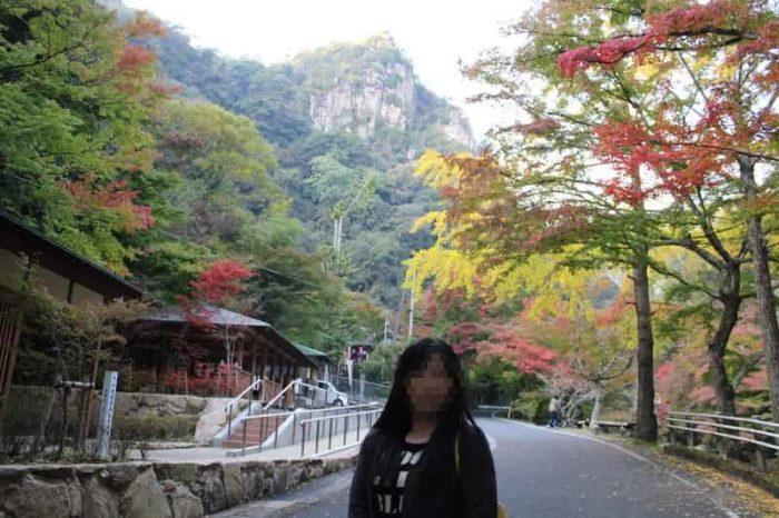 豪渓の遊歩道に色付く紅葉です。