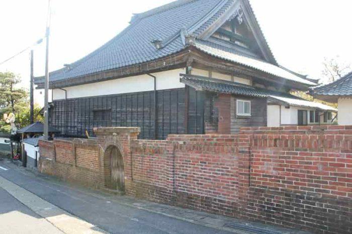 『フランス積み』の煉瓦塀です。