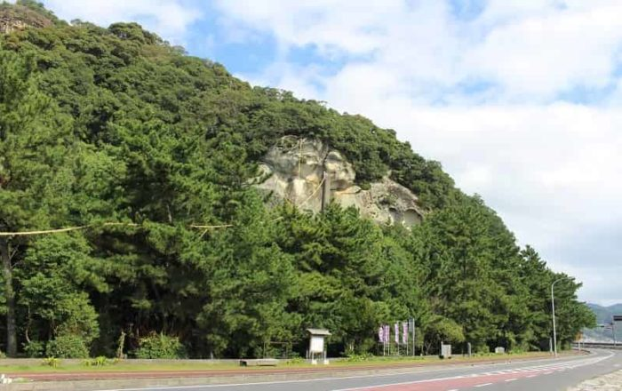 花窟神社の御神体は高さ約45m磐座です。
