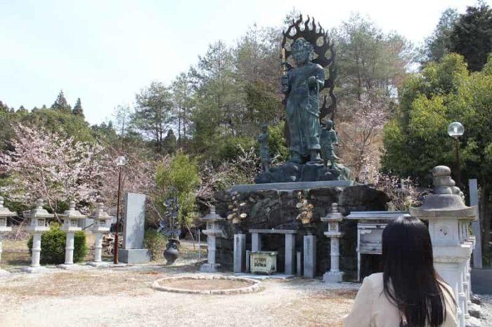 花坂不動尊の境内にある不動明王像です。