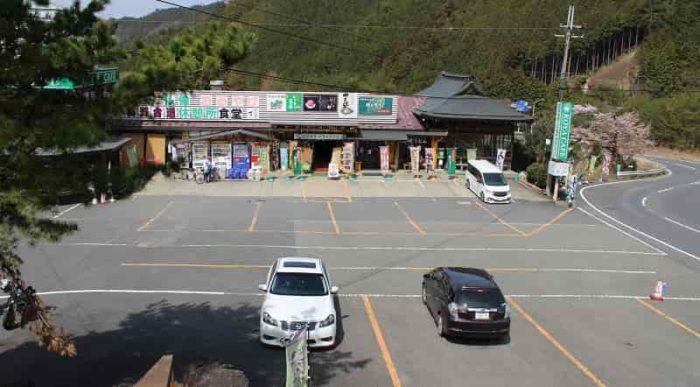 花坂ドライブインの無料駐車場です。