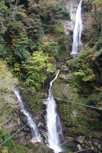 日本の滝100選のひとつ「原不動滝」です。