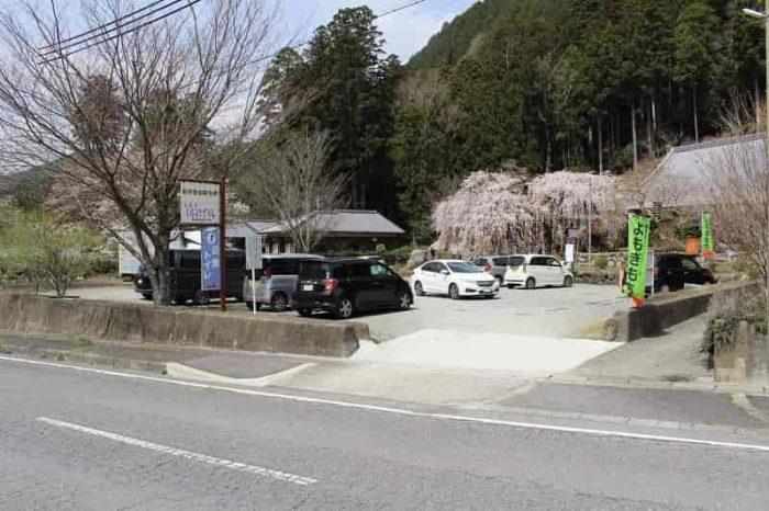 『宝蔵寺』の無料駐車場です。