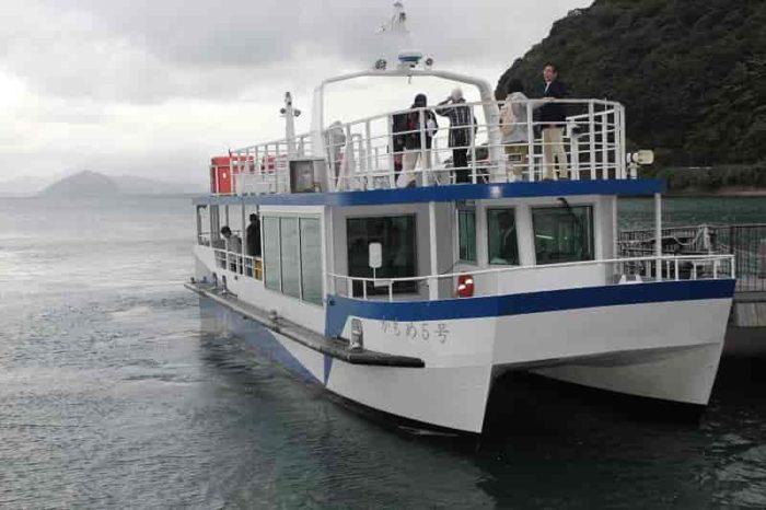 『伊根湾めぐり遊覧船』が帰還。