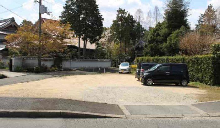 慈眼院の無料駐車場です。