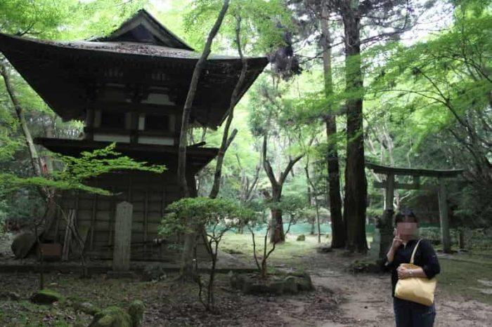 朽ち果てた興福寺別院鶯滝歓喜天の姿です。