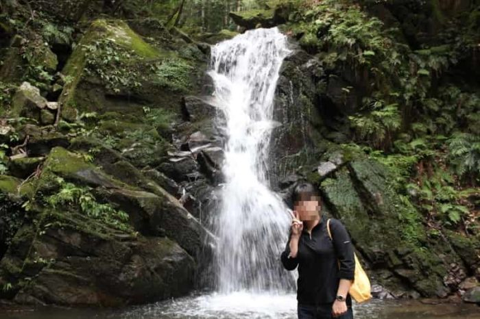 鶯の滝は小さいながらも激しい名瀑です。