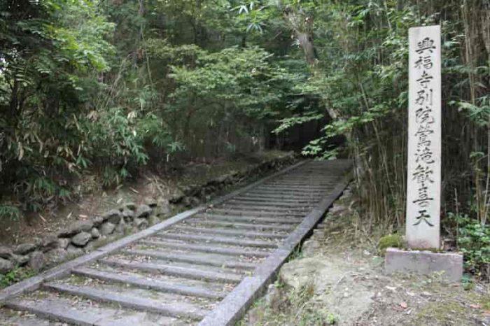 興福寺別院鶯滝歓喜天へと続く階段です。