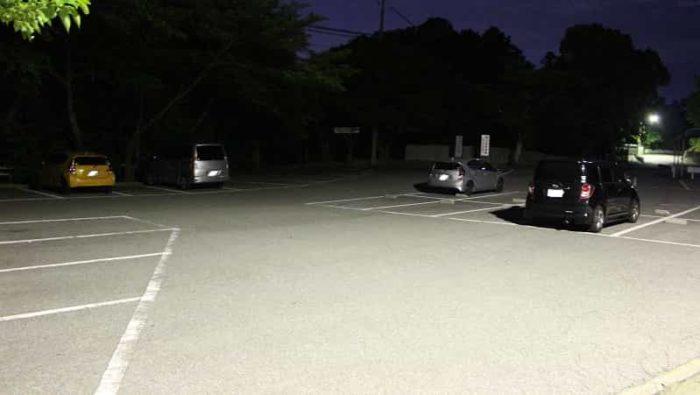 夜間の神呪寺の駐車場の様子です。