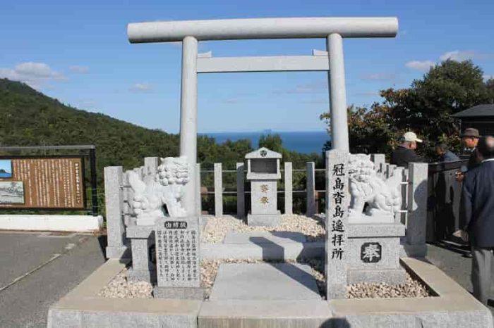 『冠島・沓島』の『遥拝所』です。