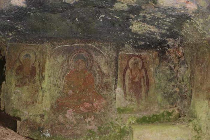 4体の仏像の彫刻が刻まれてます。