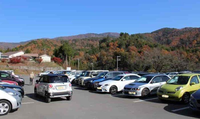 鶏足寺のメインの駐車場です。