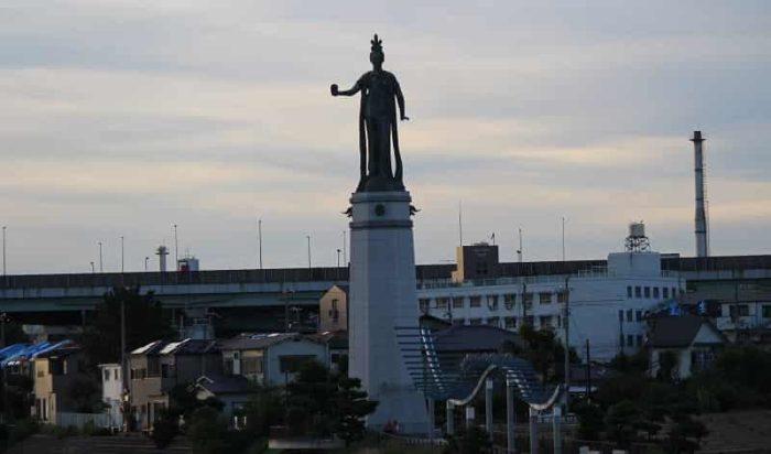 北波止緑地に立つ「龍女神像」です。