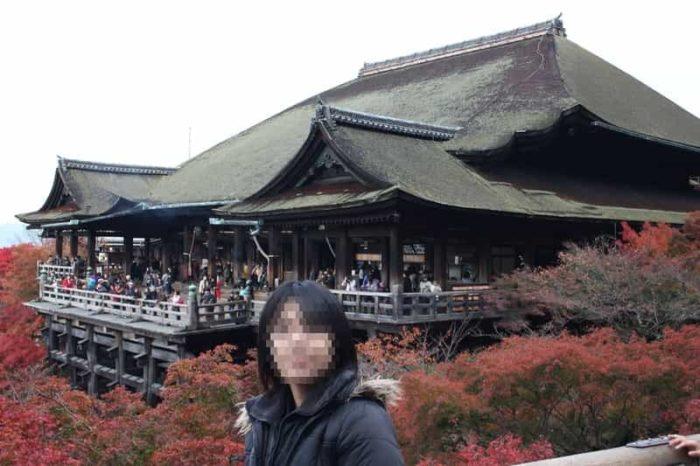 清水寺の本堂を包み込む紅葉の景色です。