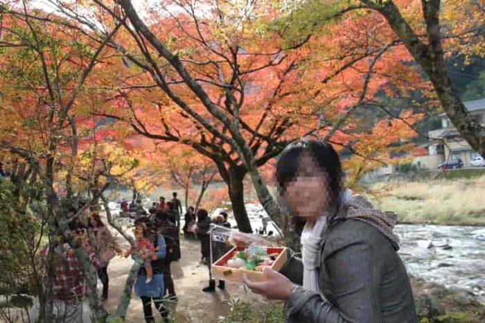 紅葉を観賞しながら食べるお寿司です。