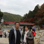 河原から見る『待月橋』と『紅葉』です。
