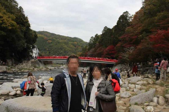 香嵐渓で望む紅葉の様子です。
