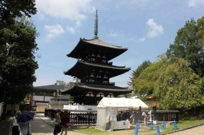 平安時代の建築様式が残る『三重塔』です。
