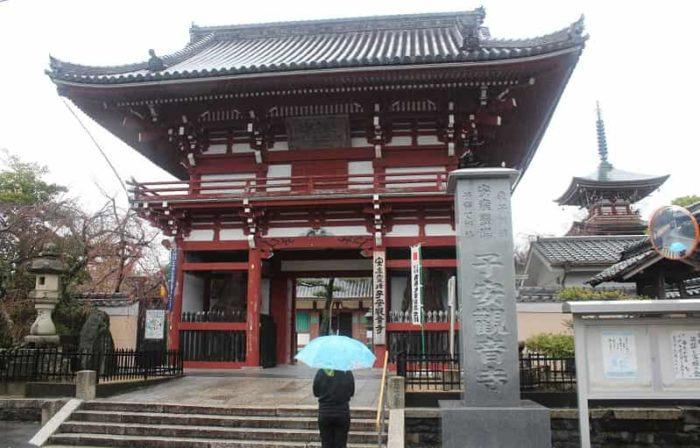 子安観音寺の玄関口の仁王門です。