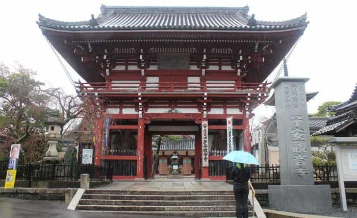 子安観音寺の仁王門です。