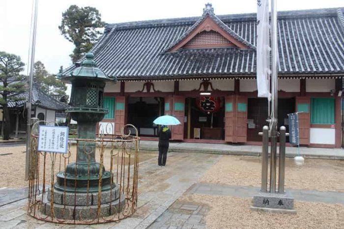 子安観音寺の本堂と銅灯籠です。