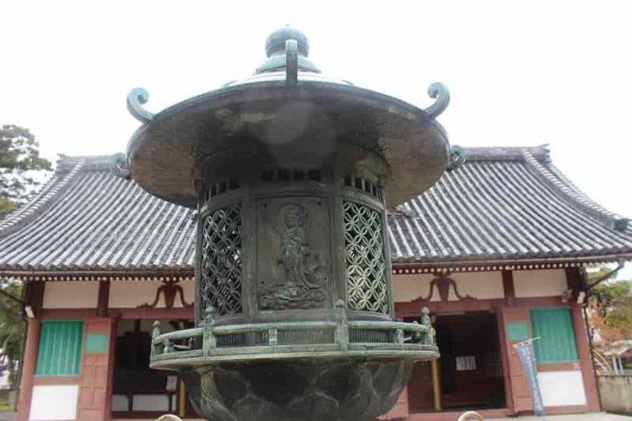 境内の中心に配置されている銅燈籠です。