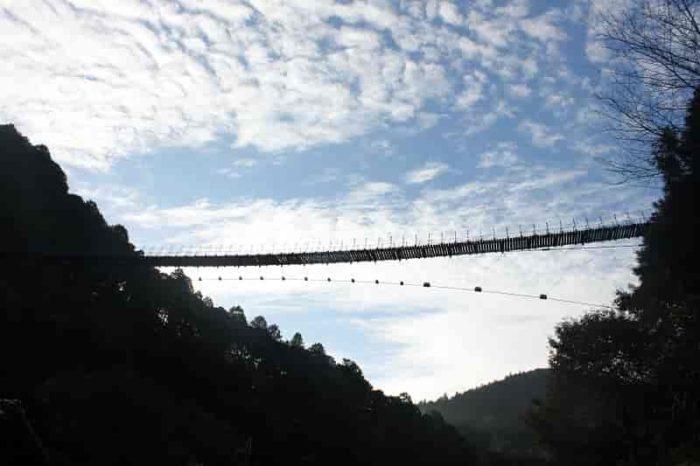 大空に横一文字に架かる黒滝吊橋です。