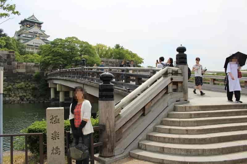 『極楽橋』を渡って歩き進めます。
