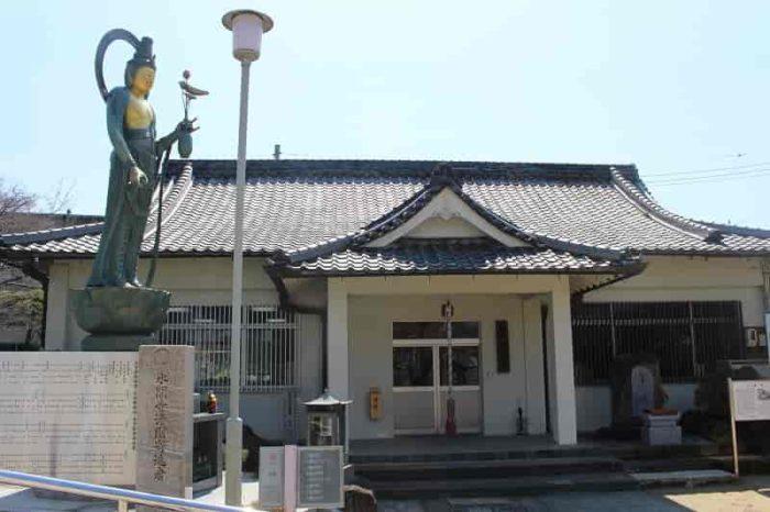 写経堂の前の聖観世音菩薩立像です。
