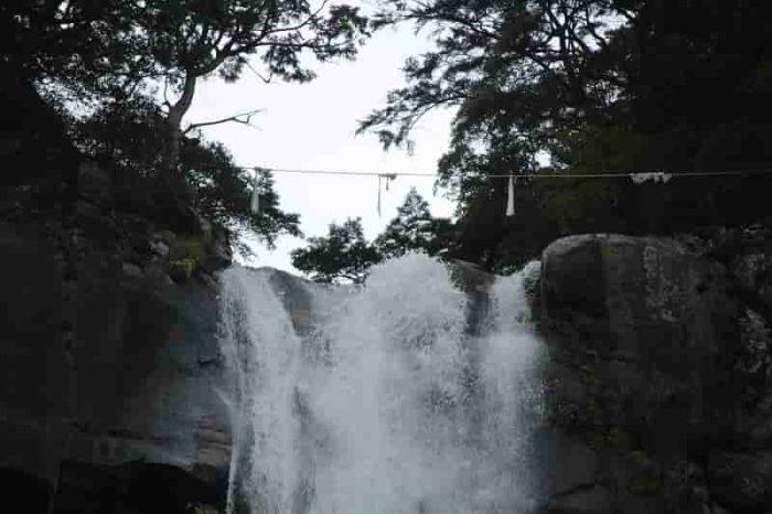 『三筋の滝』とも呼ばれます。