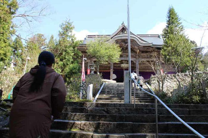 鼓ヶ岳の山腹に鎮座する成相寺です。