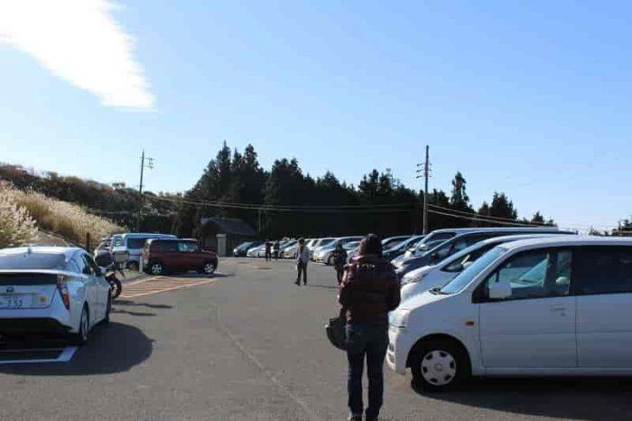 時間と共に混み合う駐車場です。