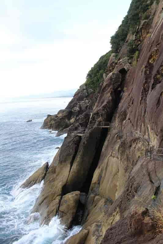 海食洞が立ち並ぶ『鬼ヶ城』です。