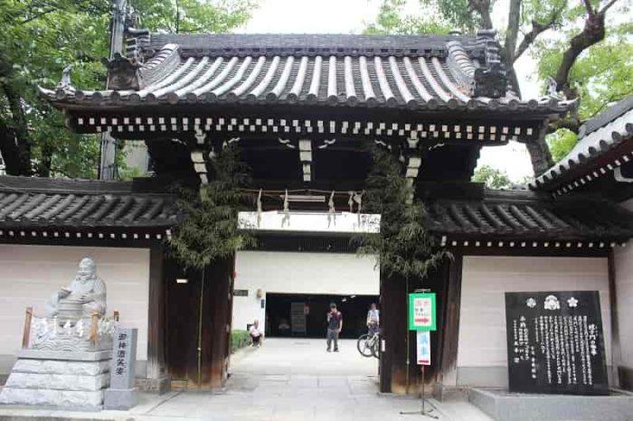 蛭子門より中に駐車場があります。