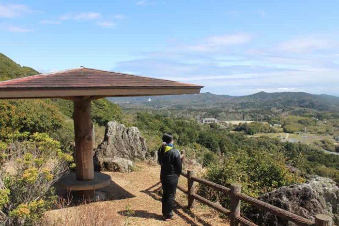和合山にある「おうむ岩展望台」です。