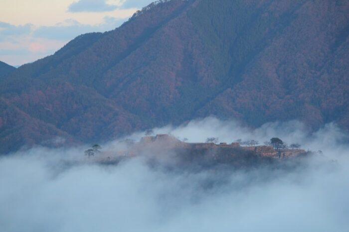 日の出を待たずに竹田城跡の姿が見えます。