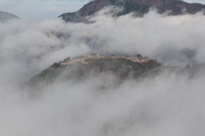 雲海に浮かぶ竹田城跡の姿です。