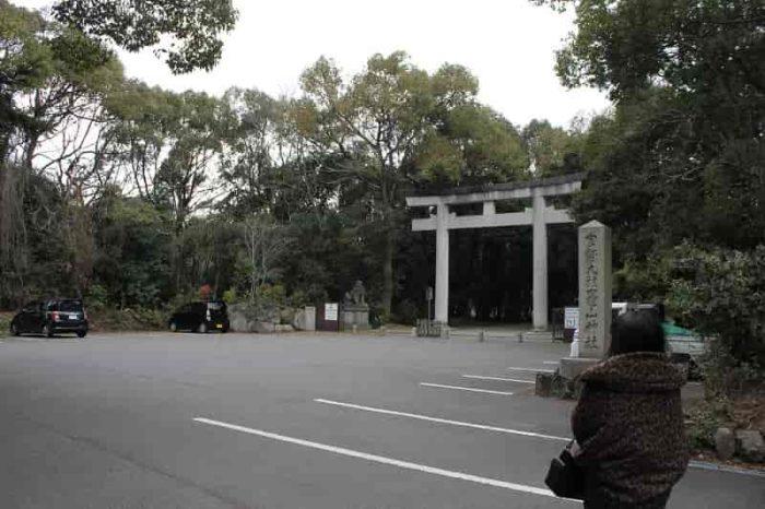 『竃山神社』の無料駐車場です。