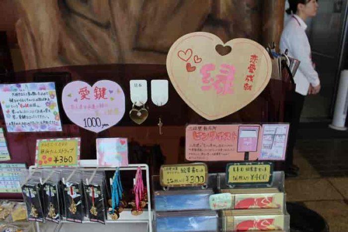 愛鍵や絵馬が販売されています。