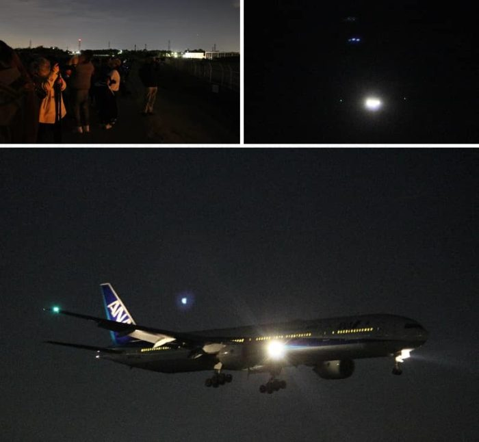 ライトを輝かせて着陸する飛行機です。