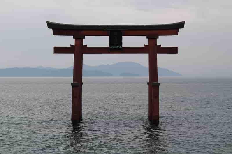 琵琶湖畔に浮かぶ白鬚神社の大鳥居です。