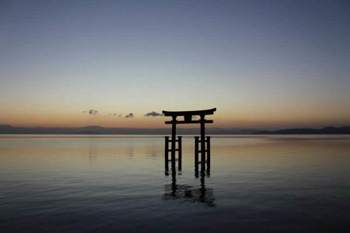 白鬚神社のシンボル湖中大鳥居です。