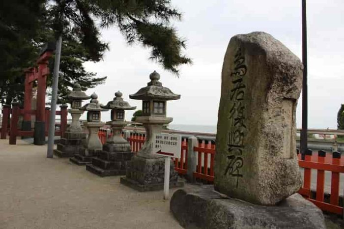 『鳥居復興碑』と刻まれた石碑です。