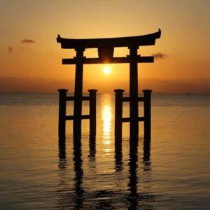 「湖中の大鳥居」の中に望む朝日です。